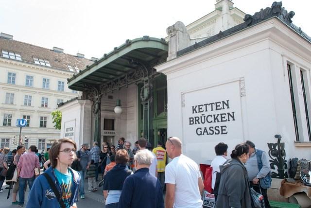 納許市場 (Naschmarkt) 和跳蚤市場就在這個站的附近