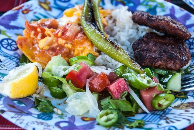 Lekker eten in Turkije met Kapitan Osman: kebab, gegrilde pepers, omelet en veel salade