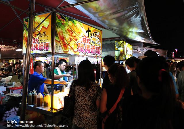 夜市一家賣烤麻糬的攤位。
