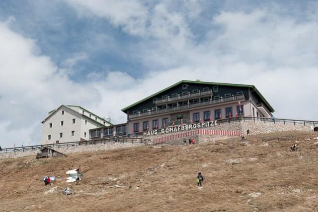山頂的民宿,夏天住這裡應該蠻舒服的,跟阿里山差不多吧!又有湖景