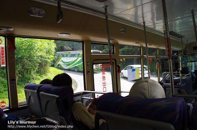 在往阿里山的公車上,可以看到前面旅行團的大客車。