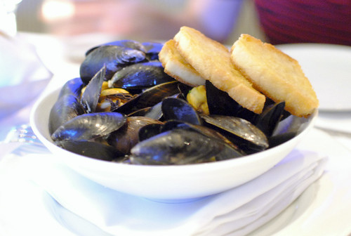 le cozze steamed mussels, garlic, chile flakes, toasted crostini