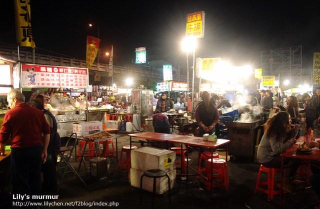 彰化中央陸橋夜市一景。