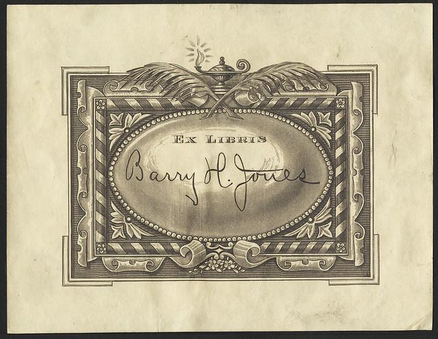 gravado bookplate: fronteira fita ornamentado listrado encimado por penas cruzadas