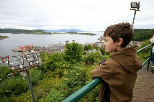 bendik sjekker utsikten over Oban