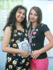 regalando mi poemario Madre  a Militza
