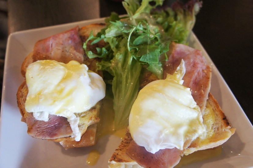 12.eggs benedict -the breakfast classic with Hollandaise sauce, poached eggs and Italian turkey ham on choice of healthy baked scones or bread of the day RM 19@bee (19)