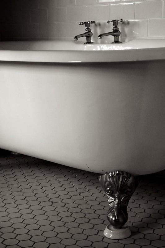 Clawed foot tub