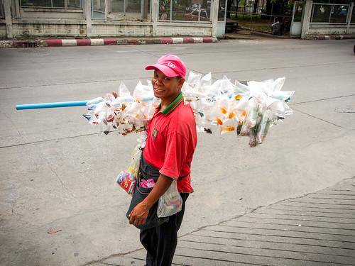 泰國的打架魚小販,扛著兜售,我出門一整天碰到他三次了