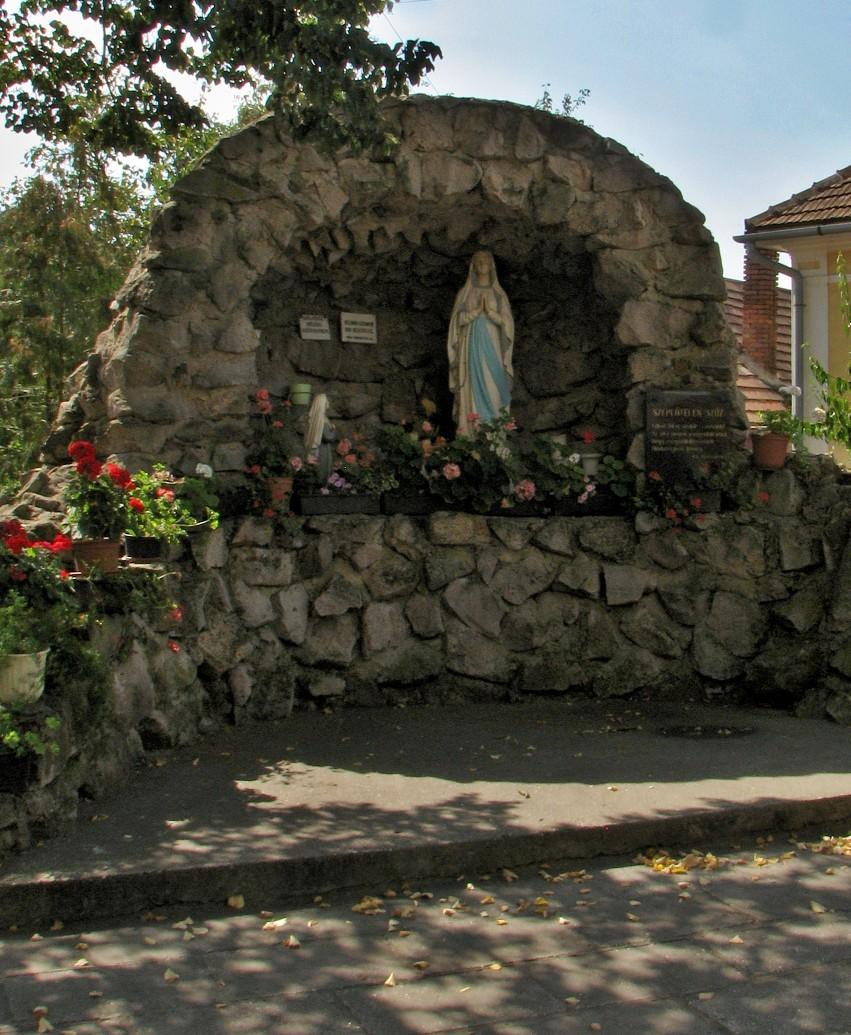 Lurdská jaskyňa pred kostolom v Ip. Predmostí