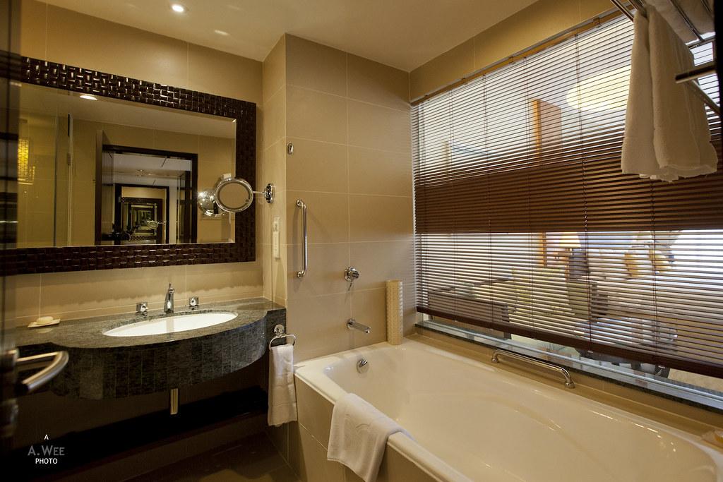 Bathtub with louvred Window