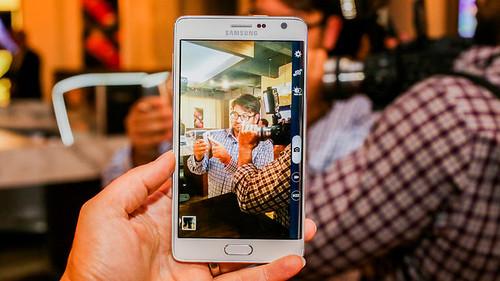 ในโหมดถ่ายภาพ ปุ่มชัตเตอร์จะไปอยู่ตรงหน้าจอโค้งของ Galaxy Note Edge