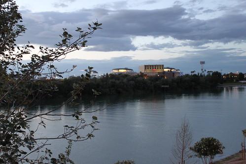 Vista del Teatro Central de Sevilla desde Barqueta