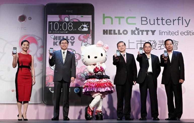 照片圖說:三麗鷗股份有限公司總經理李明勳(左一)、長榮航空董事長張國煒(左二)、Hello Kitty(中)、HTC中國區總裁暨北亞區總經理董俊良(右三)、中華電信行動通信分公司總經理林國豐(右二)與神腦國際企業股份有限公司執行副總裁邱致忠(右一)今日共同發表HTC Butterfly s Hello Kitty限量版,展現HTC在行銷與通路的創新。