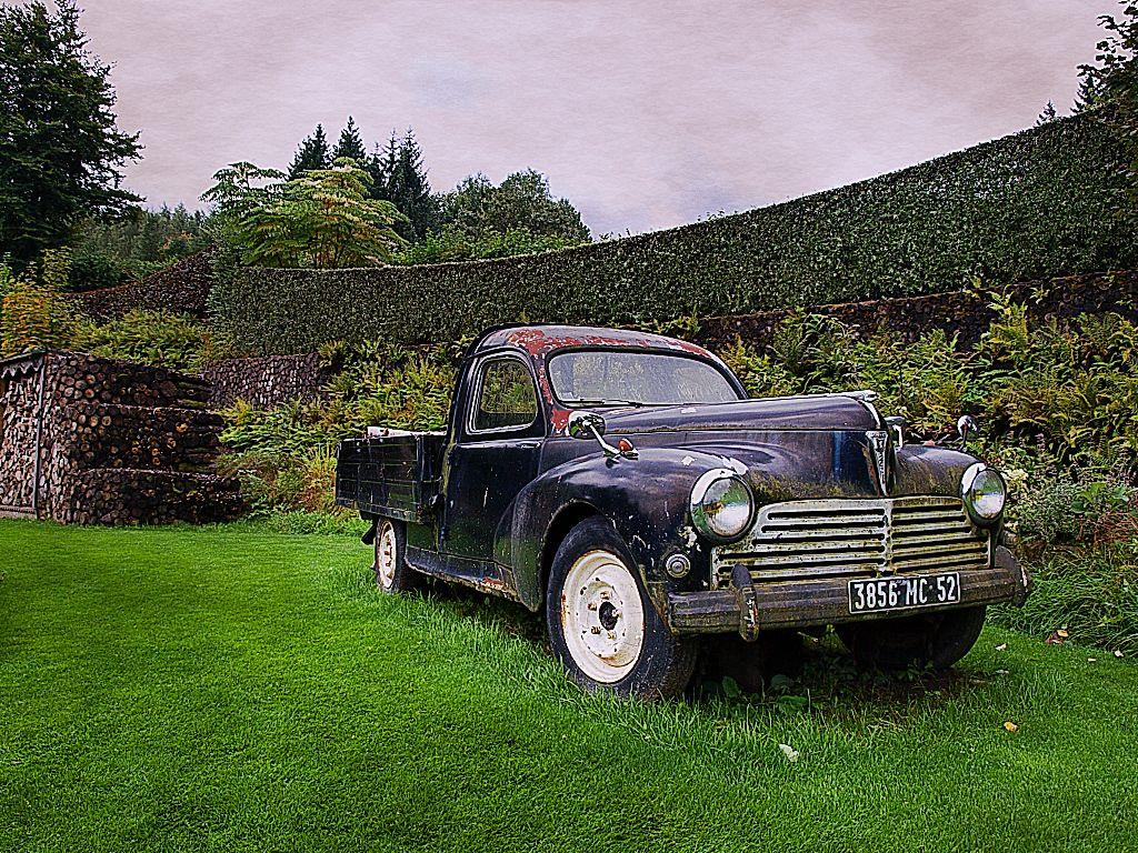 Stillgelegter Pickup im Jardin de Berchigranges