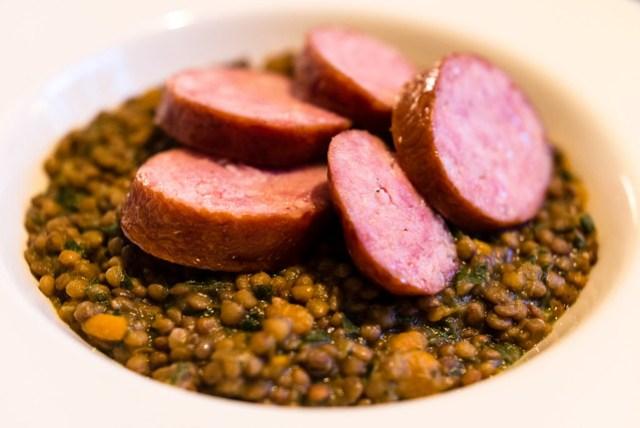Saucisse de Morteau met gestoofde linzen, een favoriet van Johannes van Dam