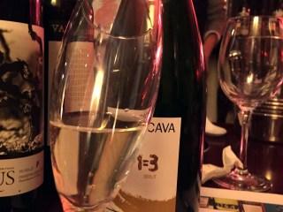 Cava 1+1=3. 6 vinos, 6 catadores y un azafato