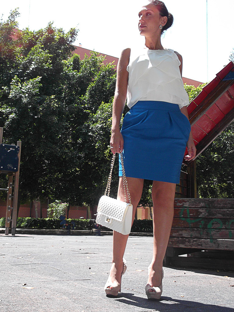 blusa blanca a capas, falda azul eléctrico, peep toes rosa muy claro, flores talón, top knot,pendientes Swarovski, white pleated blouse, electric blue skirt, clear pink, flowers heel,earrings