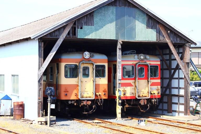 那珂湊の車庫にてキハ205と並ぶキハ2005