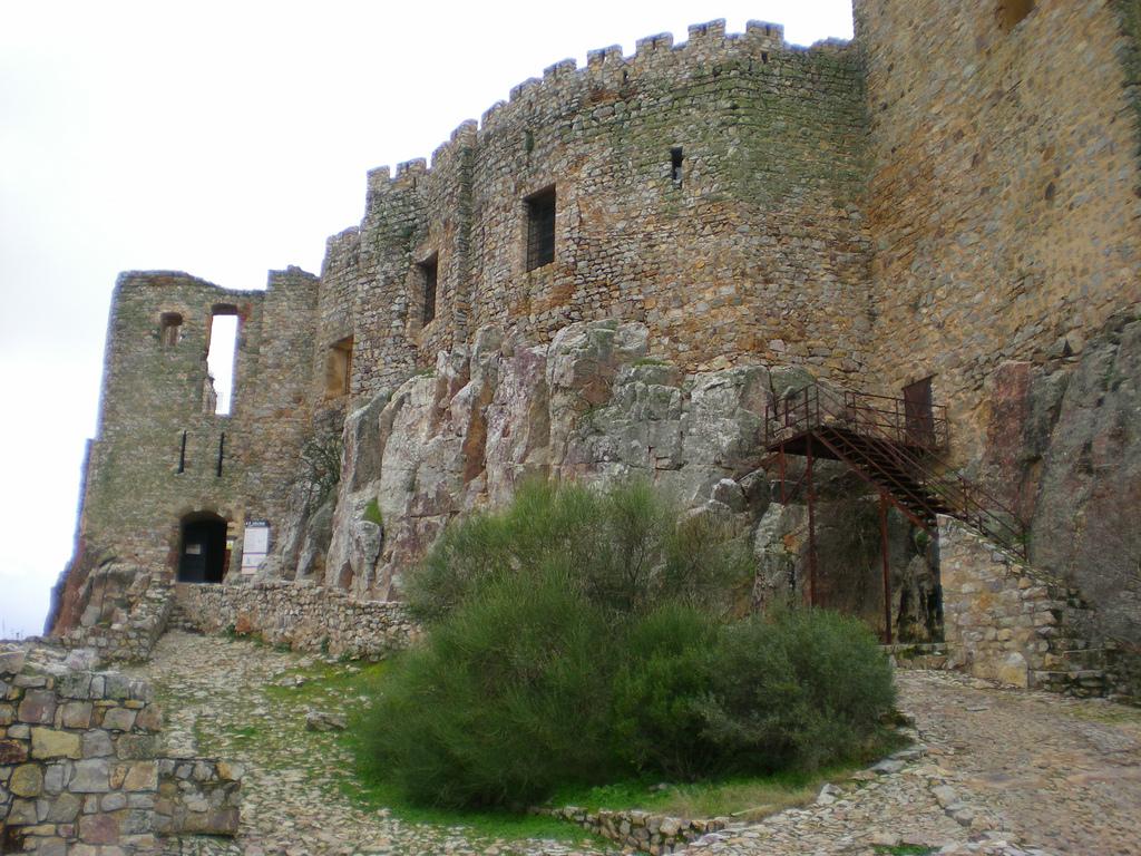 8. Murallas y entrada al castillo. Autor, Carlos de Vega