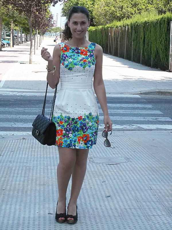 summer outfit, floral trend, green and orange, polka dot, wedges, black wooden tacks, black quilted bag with chai, link bracelet, fluorescent green, Prada sunnies, look veraniego, tendencia floral, verde y el naranja, cuñas, negras, madera y tachuelas, bolso acolchado con cadena negro, pulsera de eslabones, verde flúor