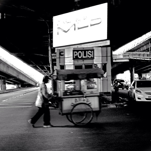 Between lanes #foodcart #jakarta #jalanjakarta #streetvendor #indonesia #igers #igdaily #instastreet #instagrammers #instaindonesia #instanusantara #mayanggrafi