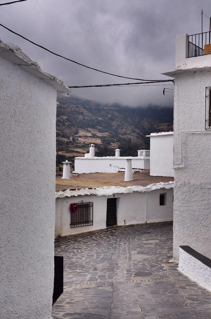 Nhà thấp, cửa thấp, ống khói, sơn trắng