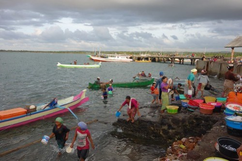 Tanjung Luar: fetching buckets of sea water