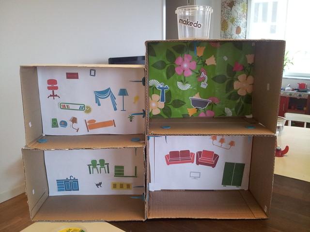 Ava bygger Makedo-hus