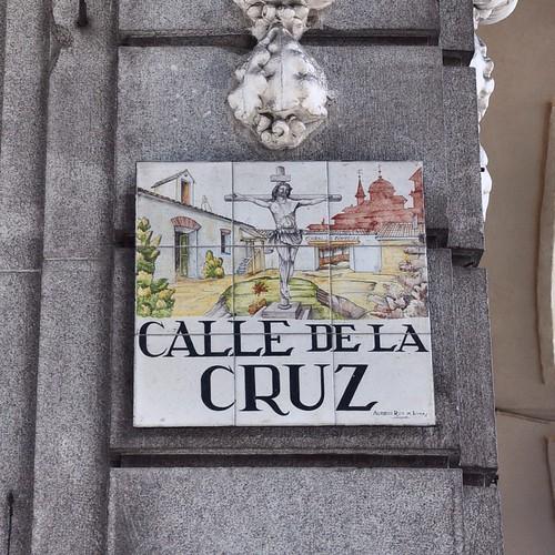 Những bảng tên đường rất điệu ở Madrid. Hài hoà đến mức rất khó nhìn ra, lại còn gắn tuốt trên cao. Đây là phố nhà mình.