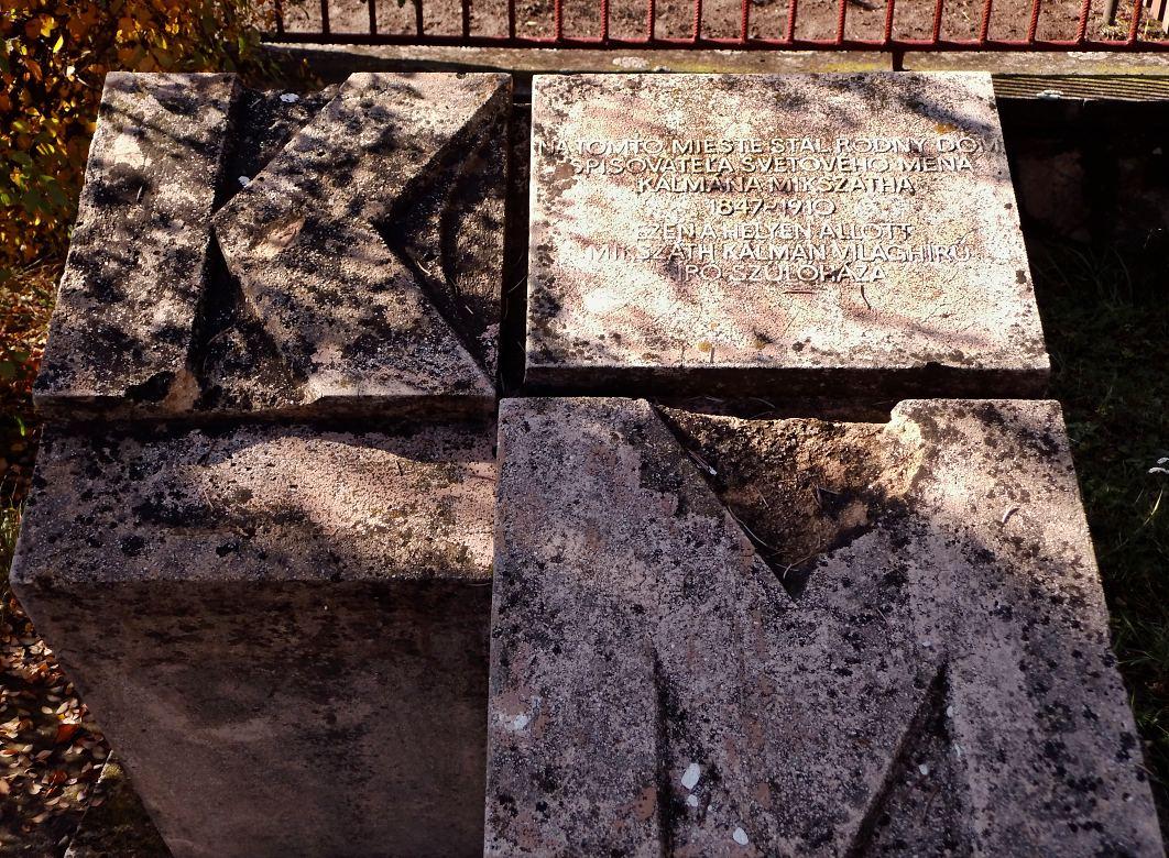 Pamätník na mieste rodného domu K. Mikszátha