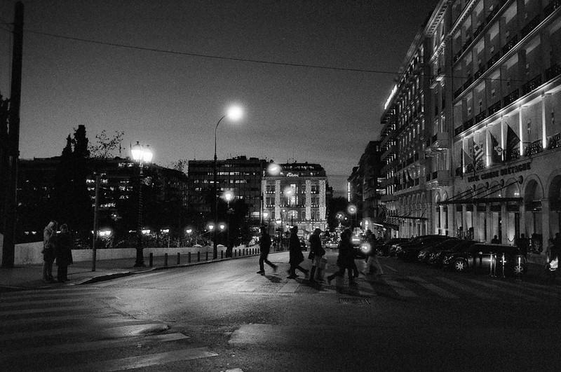 Ο βραδινός περίπατος στη πόλη είναι πάντα περισσότερο γοητευτικός απ' ότι τη μέρα. Τα φώτα και οι αντανακλάσεις τους προσφέρουν λεπτομέρεια με ιδιαίτερη γοητεία. Ο FDn 28mm 2.8 τέρμα ανοιχτός έχει προβληματάκια, όπως τα στεφάνια γύρω από τις φωτεινές πηγές.