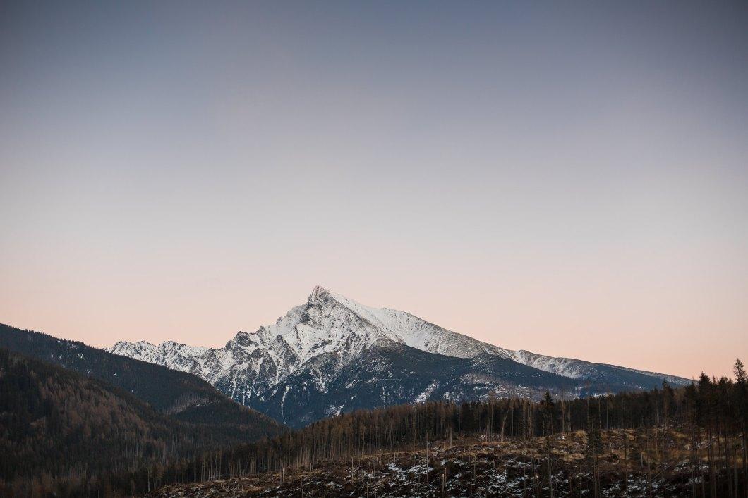 Imagen gratis de una montaña nevada a lo lejos