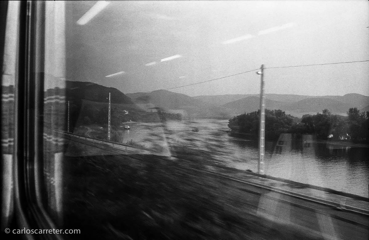El tren corre en paralelo al Danubio