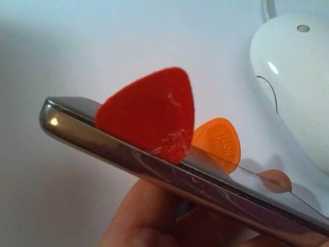 Apple-iPod-Classic-6G-6.5G-7G-7.5G-80GB-120GB-160GB-Festplatte-tauschen-2015-02-07-01.14.58-iPod-öffnen-Plektrons-links-und-rechts