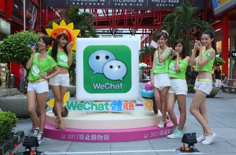 02_《WeChat體驗一夏》於信義區人行廣場打造闖關遊戲,WeChat首創透過最新手機掃描QR Code功能,連結闖關遊戲,用戶可親自體驗WeChat跨行動社群平台魅力,闖關成功還有許多精美品送給你!