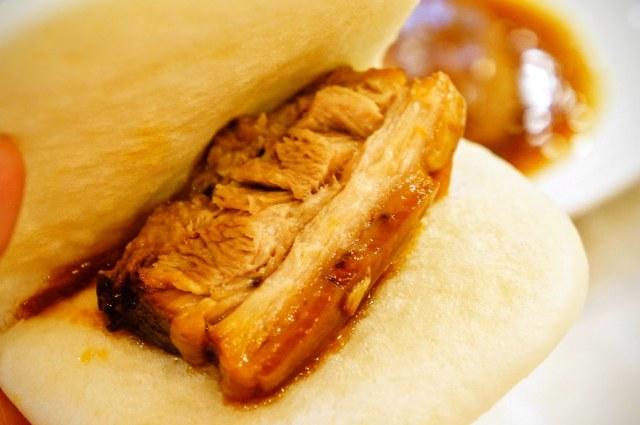 有了東坡肉,還會附上割包數片,讓人直接夾著東坡肉吃...