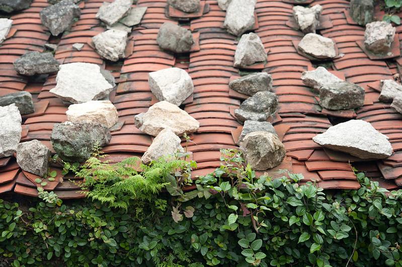 傳統屋瓦上的疊石