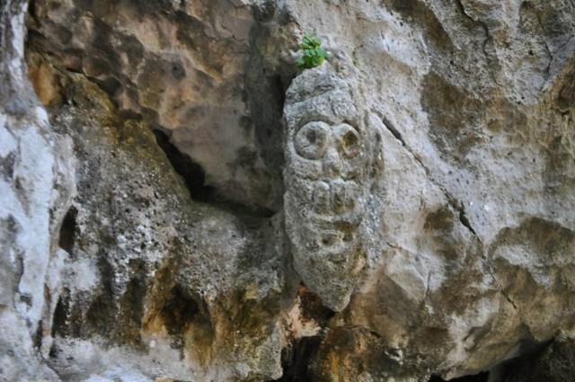 What does this Rock Carving at La Cueva de la Arena (Sand Cave), Los Haitises National Park, Depict?