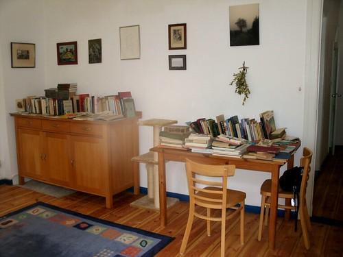 Wohnzimmer mit aussortierten Büchern
