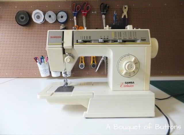 Sewing Studio space room Lieke,gaatjesplaat, gaatjesboard, gaatjesbord, pegboard, naaikamer, naaien, A Bouquet of Buttons , singer
