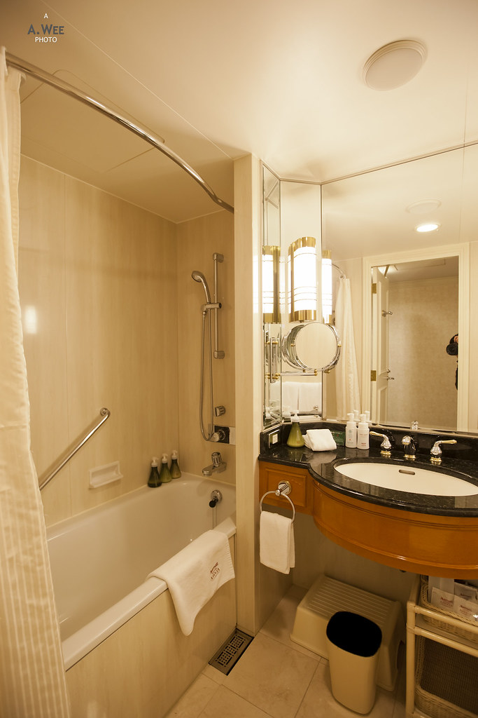 Bathtub in room