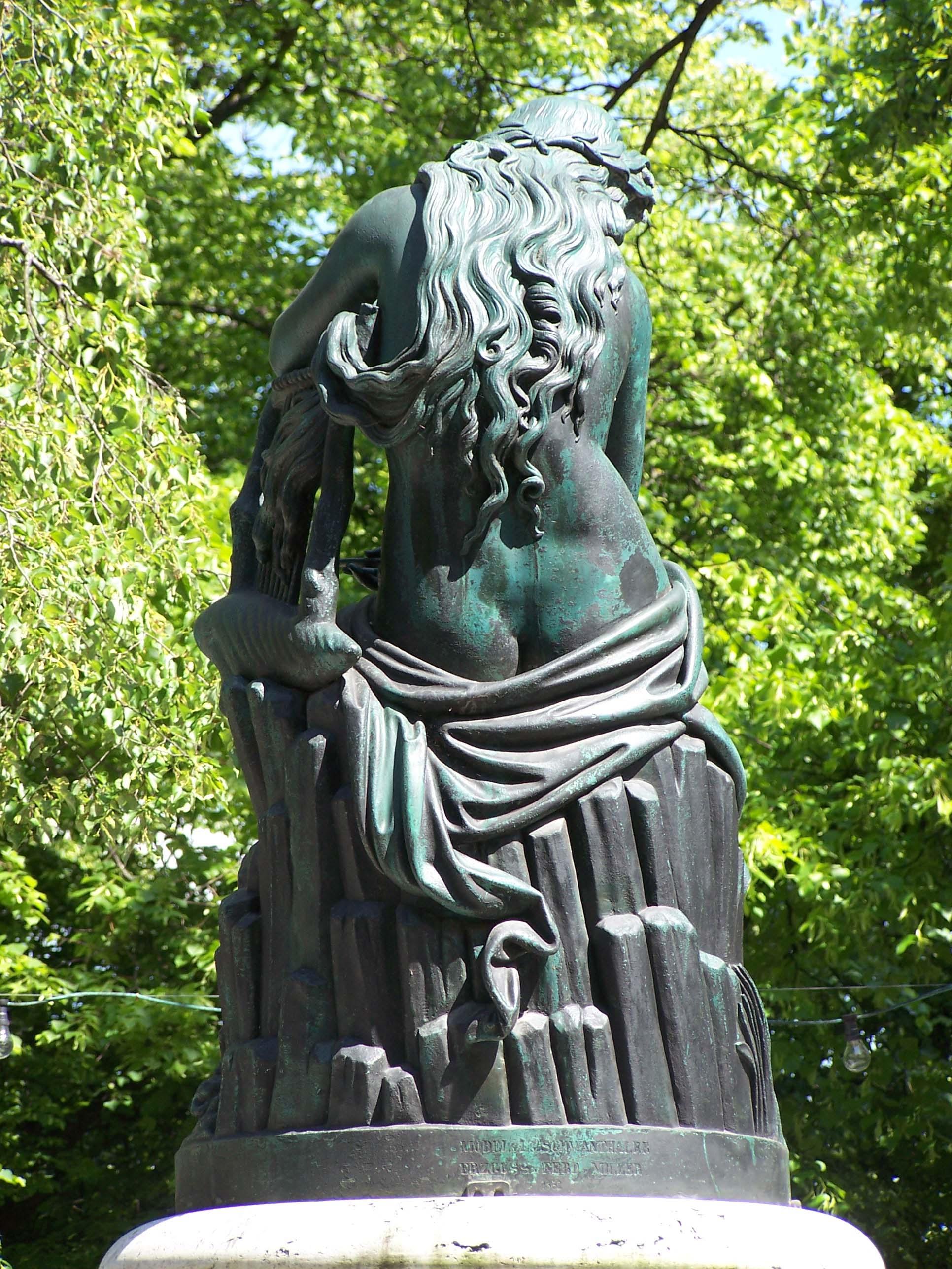 Statue im Hofgarten von hinten