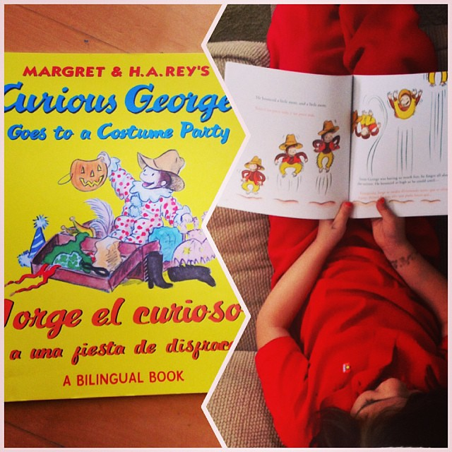 What we're reading today: Curious George goes to a costume party in English y español. Btw, don't miss Curious George: A Halloween Boo Fest @PBSKids on Monday 10/28! #BooFestPBS #LatinaBloggers #sponsored