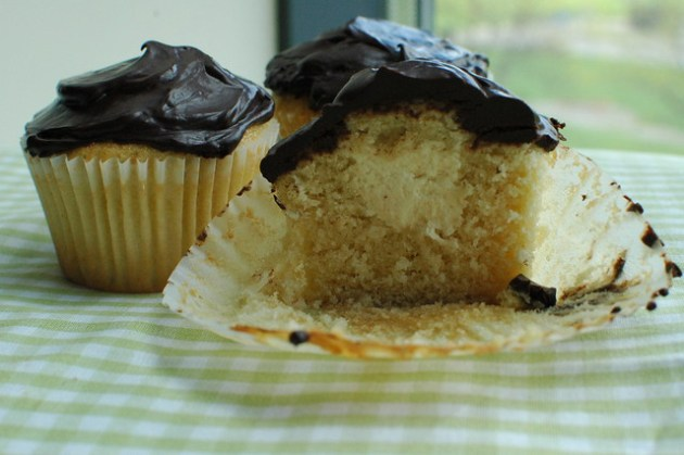 Boston cream pie cupcake 04