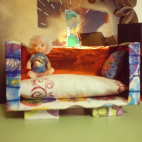 Sofá casa de muñecas terminado ! Con almohada de ganchillo y blandito ... by alialba