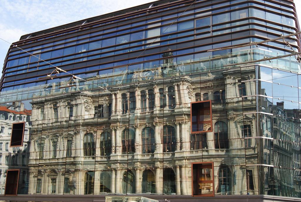 Reflet du Palais de la Bourse dans le Nouveau Grand Bazar