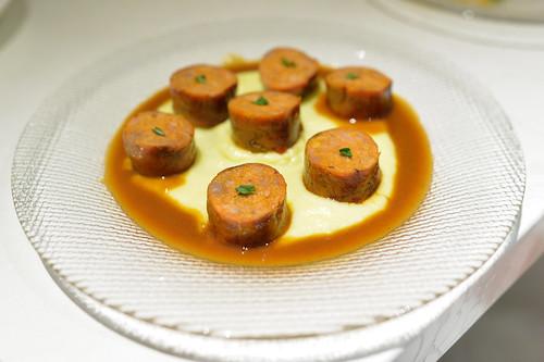 Chorizo Casero Con Puré De Patatas Al Aceite De Oliva homemade traditional chorizo with olive oil mashed potatoes and cider sauce