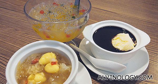 蜂蜜酸柑爱玉冰 Ice Jelly with Lime & Honey; 黑糯米 (冷/热) Black Glutinous Rice; 姑妈糖水 (冷/热) Auntie's Dessert (all at S$3.50 each)