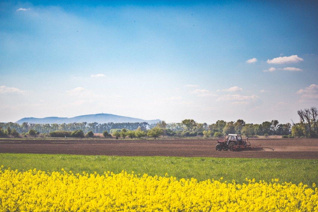 Imagen gratis de un tractor arando la tierra